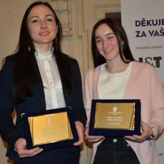 Ragbistka roku Lucie Oupicová a ragbistka roku do 20 let Petra Vacková s plaketami potvrzující skutečnost, že jimi jsou
