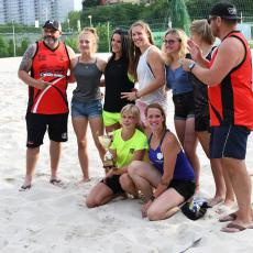 Vítězný ženský tým s pořadateli turnaje