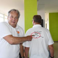 Na zádech památečných triček si můžete přečíst celou sestavu, která v roce 1968 hrála proti Francii. Jaromír Kourek ukazuje, že je tam jeho jméno