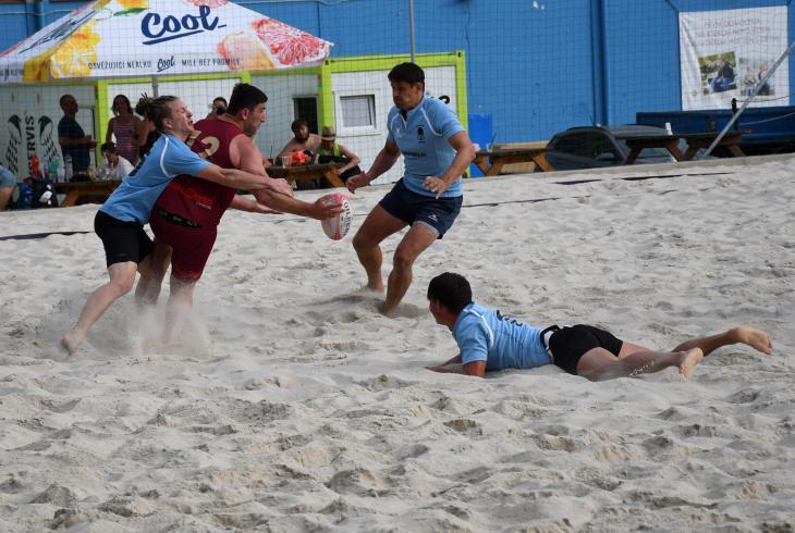 Půl tuctu a jeden obrázek z pražského turnaje v plážovém ragby s komentářem