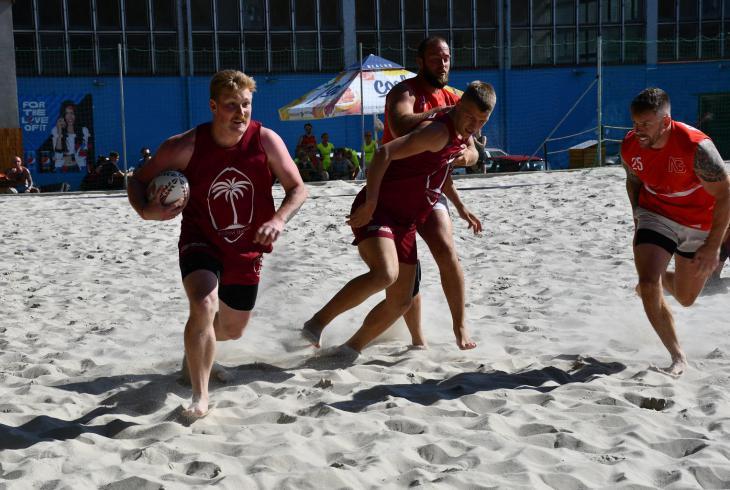 Když za 7 hodin odehraje 14 týmů 27 zápasů na písku.  Takový byl turnaj v plážovém ragby