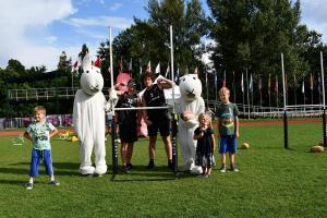 Ragby si alespoň na chvilku ve Stromovce zahrály i Klára a Adéla v kožíšcích králíků