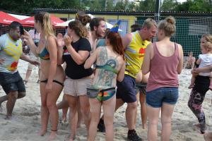 Příznivkyně německých plážových ragbistů si plácnutí vysvětlily jinak a nastavily zadky