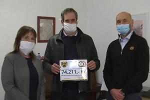 Ragbisté Praga Praha předali Sociálním službám Prahy 9 finanční dar na nákup motodlahy