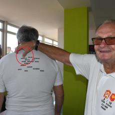 Na zádech památečných triček si můžete přečíst celou sestavu, která v roce 1968 hrála proti Francii. Václav Horáček ukazuje, že je tam jeho jméno